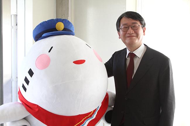 空港のキャラクターとツーショットの元永氏